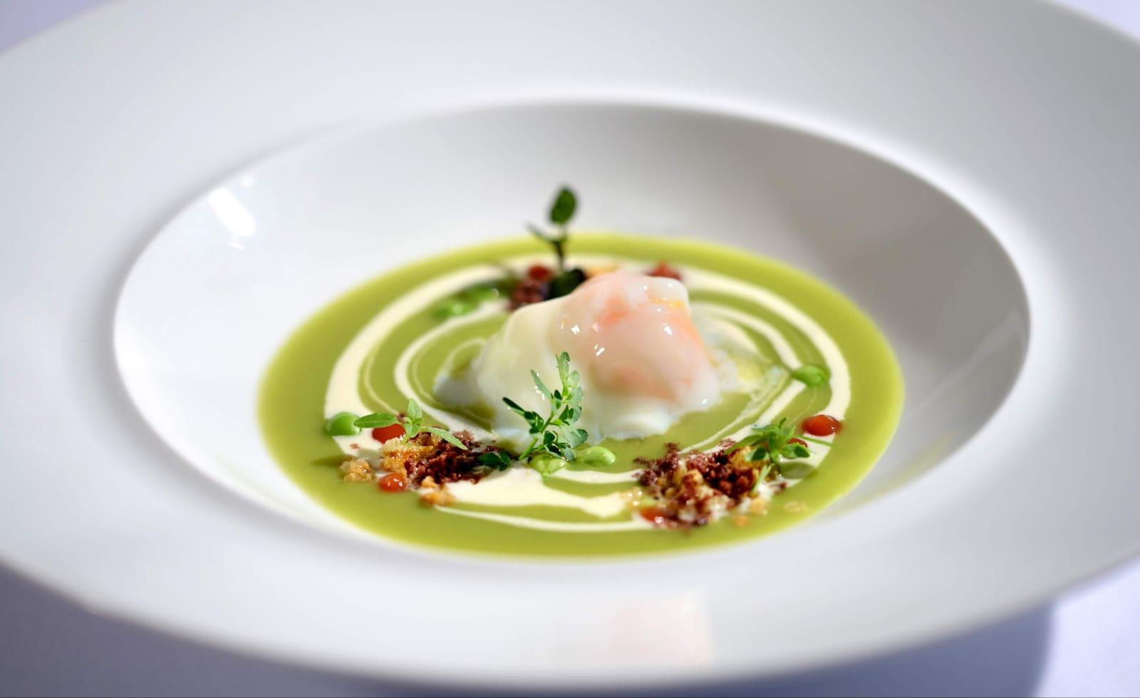 Uovo cotto a 62 gradi su crema di piselli al rosmarino, vortice di caprino, topinade di olive nere e ketchup di pomodoro San Marzano